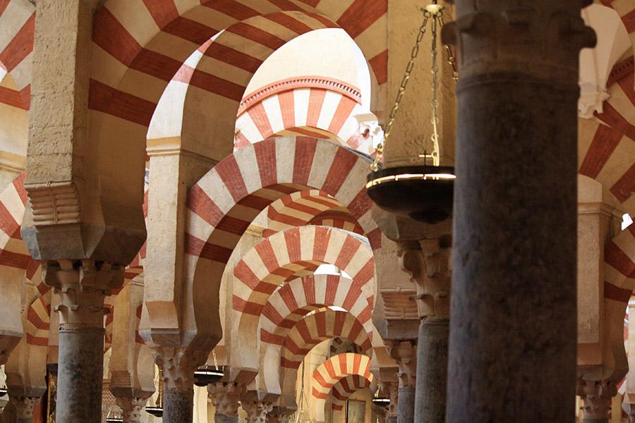 Arches bicolores typiques de la Mezquita de Cordoue