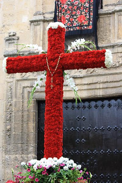 Croix fleurie pour Cruces de Mayo à Cordoba