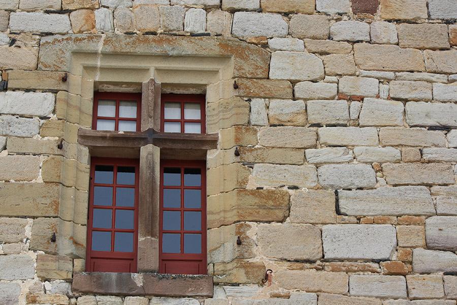 Fenêtre d'église du village de Curemonte