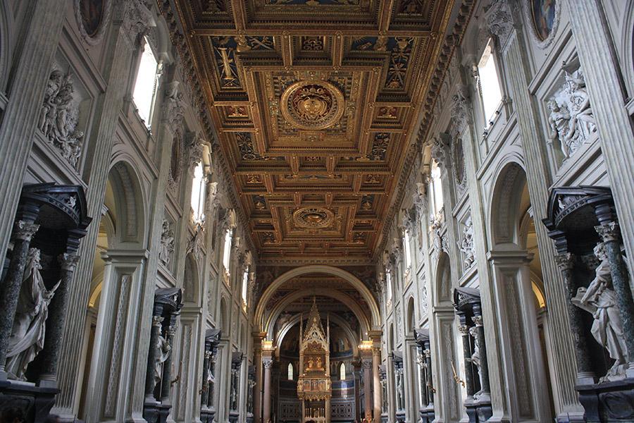 Plafond à caissons et ornements dorés