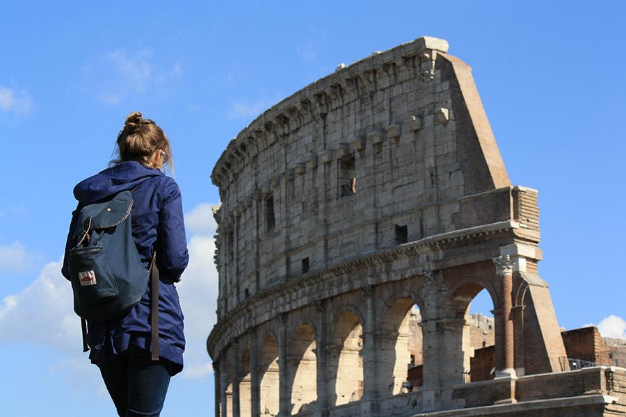 Tatiana devant le Colisee de Rome
