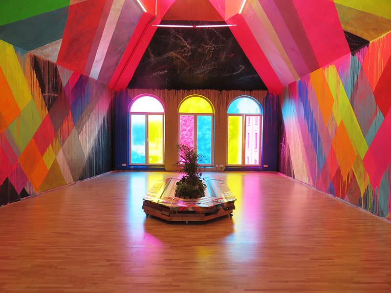 Salle colorée de Maya Hayuk