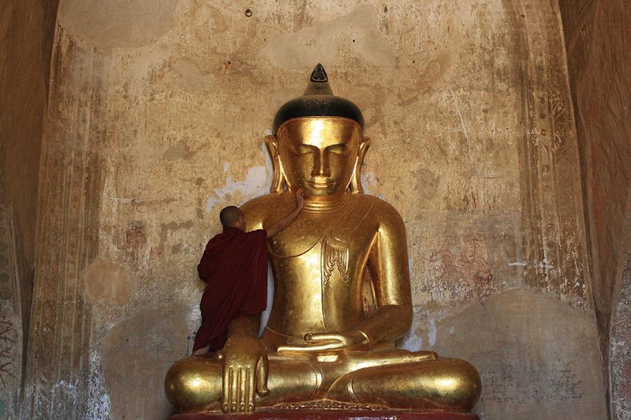 Moine et feuille d'or, bagan, birmanie