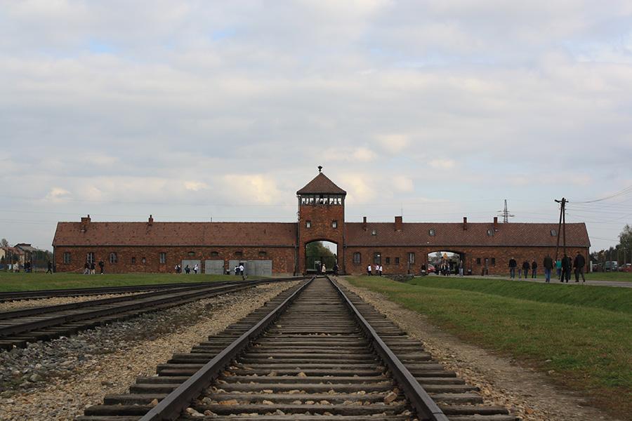 Rails et entrée du campe d'Auschwitz II Birkenau