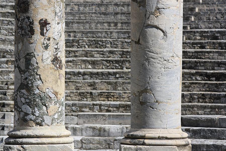 Arches des arènes d'Arles