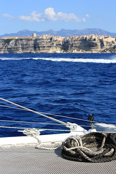 Catamaran avec vue sur les falaises de Bonifacio