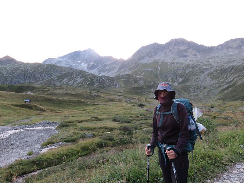 Tatiana sur le GR TMB dans les alpes