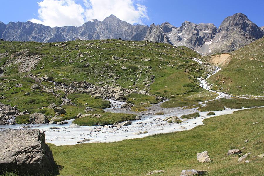 Paysage vers le col d'Arsine entre rivière et glaciers