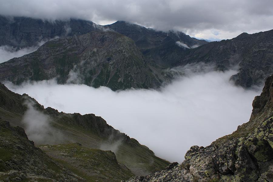 Brume sur les montagnes des Alpes