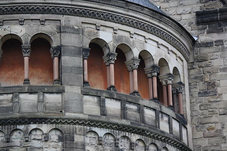 Détail style art roman du temple neuf