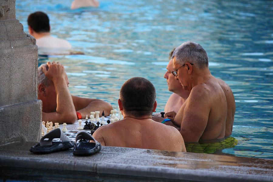 Partie d'échecs en Hongrie dans les bains
