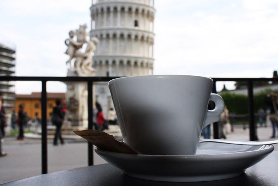 Café en face de la tour de Pise