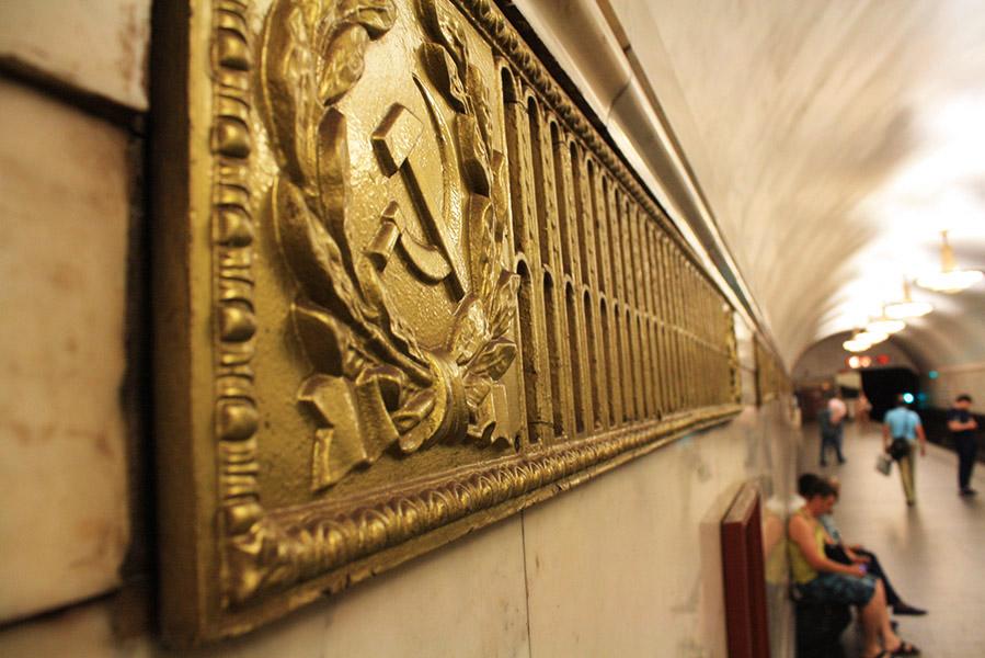 Marteau et faucille dans le couloir du métro russe