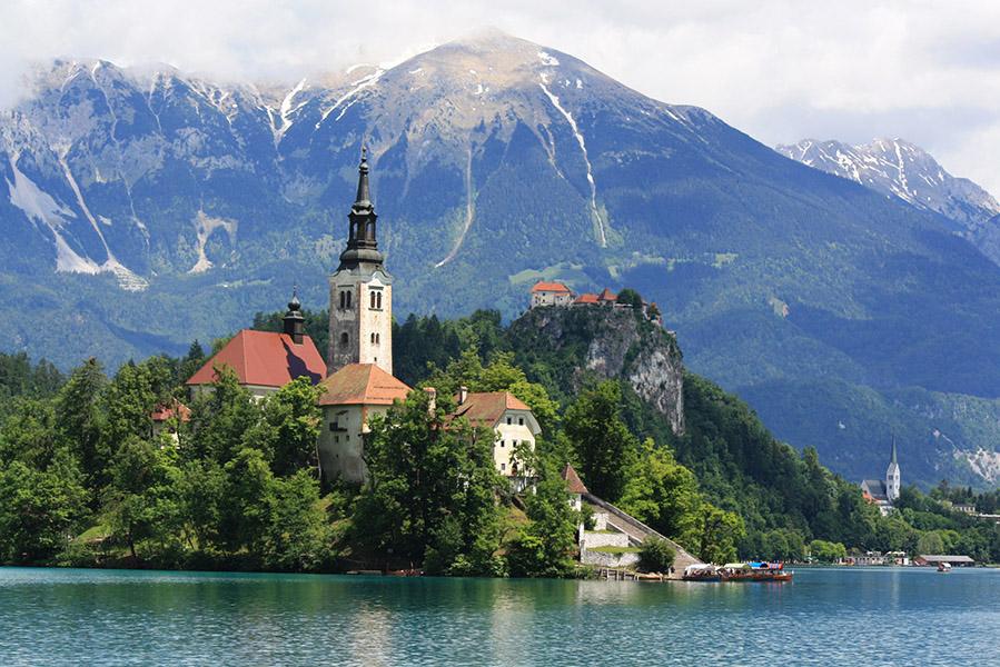 Ile du lac de Bled et panorama sur les Alpes