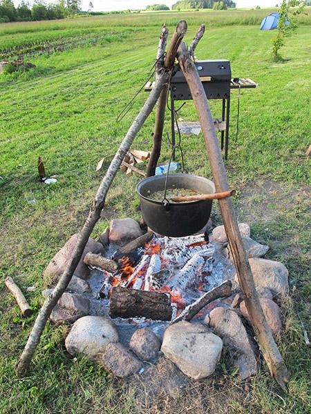Barbecue et feu de camp pour le festival Ligo en Lettonie